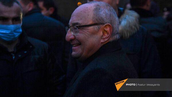 Единый оппозиционный кандидат в премьер-министры Вазген Манукян после митинга возле здания Национального собрания (9 декабря 2020). Еревaн - Sputnik Արմենիա