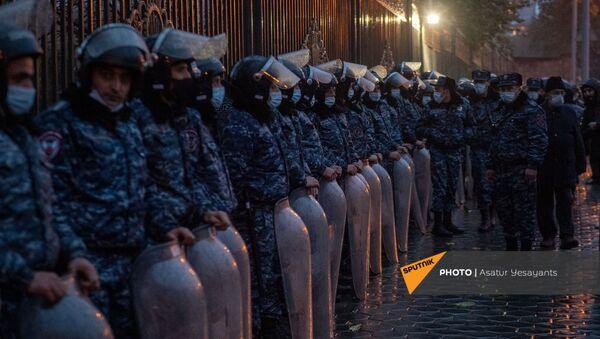 Полицейский кордон перед зданием Национального собрания Армении во время митинга оппозиции (9 декабря 2020). Еревaн - Sputnik Արմենիա