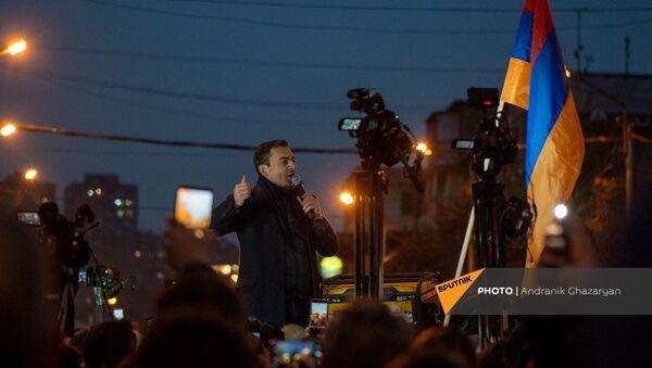 Представитель Верховного органа АРФ Дашнакцутюн Ишхан Сагателян обращается к собравшимся по окончанию шествия с требованием отставки премьер-министра (5 декабря 2020). Еревaн - Sputnik Армения