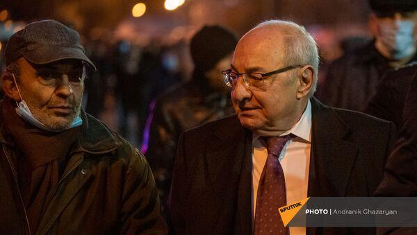 Единый оппозиционный кандидат в премьер-министры Вазген Манукян беседует с гражданами по окончанию шествия с требованием отставки премьер-министра (5 декабря 2020). Еревaн - Sputnik Армения