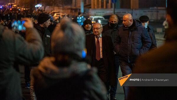 Единый оппозиционный кандидат в премьер-министры Вазген Манукян беседует с гражданами по окончанию шествия с требованием отставки премьер-министра (5 декабря 2020). Еревaн - Sputnik Արմենիա