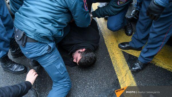 Полиция задерживает активистов, требующих отставки правительства Армении во главе с премьер-министром перед Домом правительства (10 декабря 2020). Еревaн - Sputnik Армения