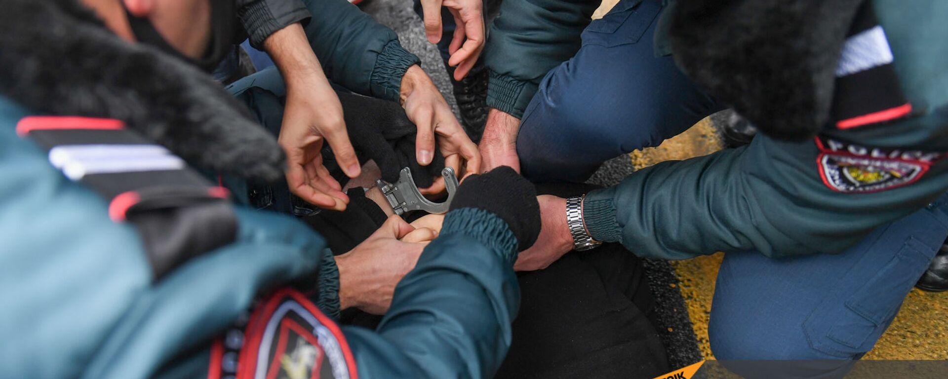 Полиция задерживает активистов, требующих отставки правительства Армении во главе с премьер-министром перед Домом правительства (10 декабря 2020). Еревaн - Sputnik Армения, 1920, 17.07.2021