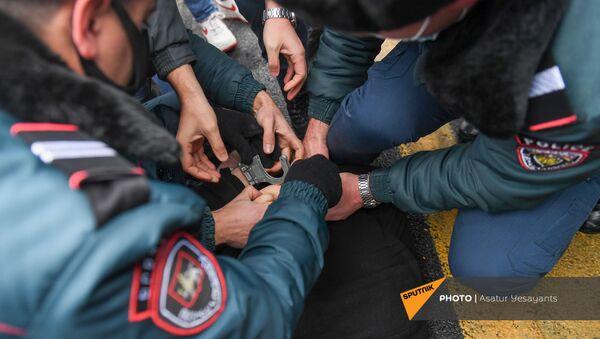 Полиция задерживает активистов, требующих отставки правительства Армении во главе с премьер-министром перед Домом правительства (10 декабря 2020). Еревaн - Sputnik Արմենիա