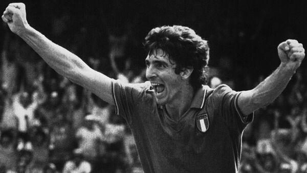 Нападающий сборной Италии Паоло Росси радуется забитому голу своей команды в ворота Польши во время полуфинального матча чемпионата мира по футболу (8 июля 1982). Барселона - Sputnik Армения
