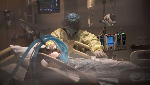 Пациент с COVID-19 на аппарате искусственной вентиляции легких в отделении интенсивной терапии больницы Стэмфорд (27 апреля 2020). Стэмфорд, штат Коннектикут - Sputnik Армения
