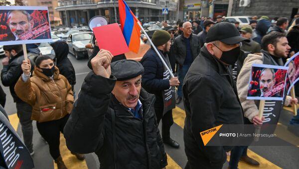 Оппозиционные активисты заблокировали автомобильное движение на перекрестке улиц Амиряна и Саряна (11 декабря 2020). Еревaн - Sputnik Արմենիա