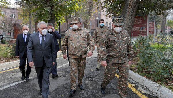 Министр обороны Вагаршак Арутюнян посетил Центральный клинический военный госпиталь (11 декабря 2020). Еревaн - Sputnik Արմենիա
