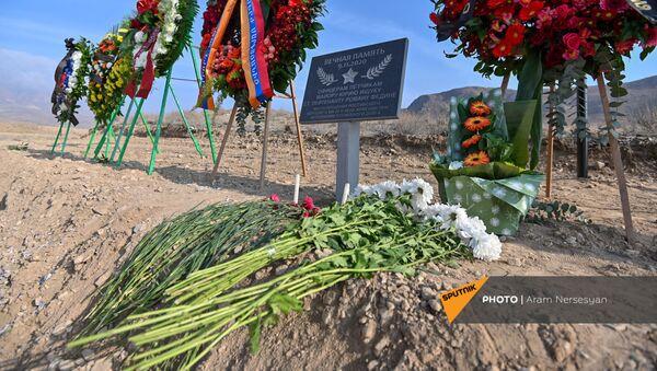 На месте крушения российского вертолета поставлена табличка памяти (12 декабря 2020). Ерасх - Sputnik Армения
