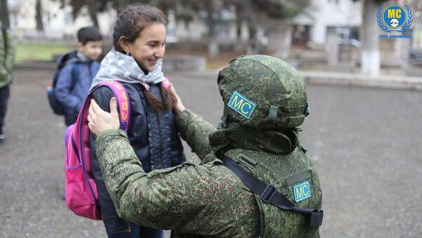 Российский миротворец и ученица школы №8 Степанакерта - Sputnik Արմենիա