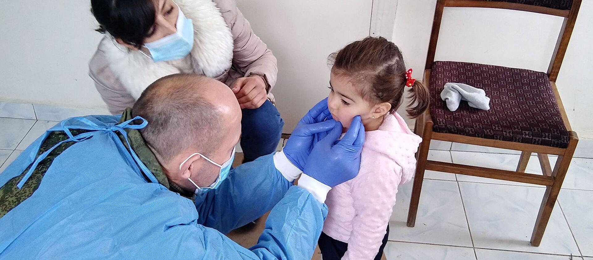 Врач российского миротворческого контингента осматривает юную пациентку в селе Хнапат Асекранского района - Sputnik Армения, 1920, 14.06.2021