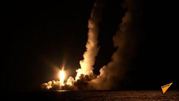 Залповый пуск баллистических ракет «Булава» с борта РПКСН «Владимир Мономах» - Sputnik Армения