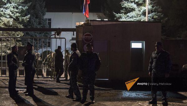 Полицейский кордон перед базой российских миротворцев в Степанакерте (12 декабря 2020). Карабах - Sputnik Արմենիա