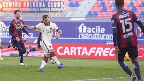 Генрих Мхитарян забивает пятый гол своей команды во время футбольного матча итальянской серии А между Болоньей и Ромой на стадионе Далл'Ара (13 декабря 2020). Болонья, Италия - Sputnik Армения