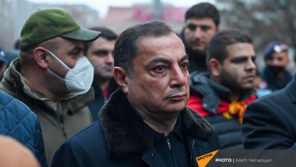 Ваграм Багдасарян во время шествия членов оппозиции с требованием отставки премьер-министра (14 декабря 2020). Еревaн - Sputnik Армения