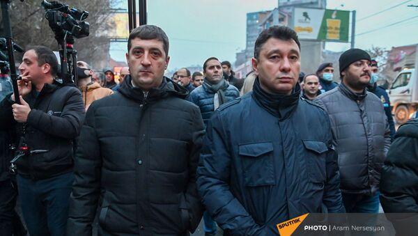 Эдуард Шармазанов во время шествия членов оппозиции с требованием отставки премьер-министра (14 декабря 2020). Еревaн - Sputnik Армения