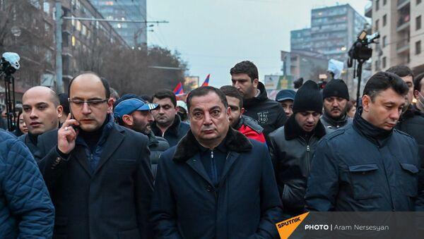 Ваграм Багдасарян и Эдуард Шармазанов во время шествия членов оппозиции с требованием отставки премьер-министра (14 декабря 2020). Еревaн - Sputnik Армения
