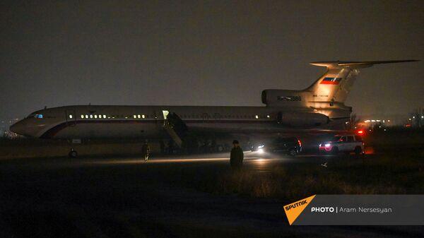 Российский самолет в военнопленными прибывает из Баку в аэропорт Эребуни (14 декабря 2020). Еревaн - Sputnik Արմենիա