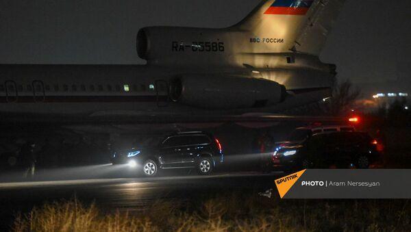 Российский самолет в военнопленными прибывает из Баку в аэропорт Эребуни (14 декабря 2020). Еревaн - Sputnik Армения