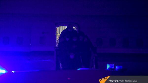 Военнопленные, прибывшие из Баку в Армению, выходят из самолета (14 декабря 2020). Еревaн - Sputnik Արմենիա