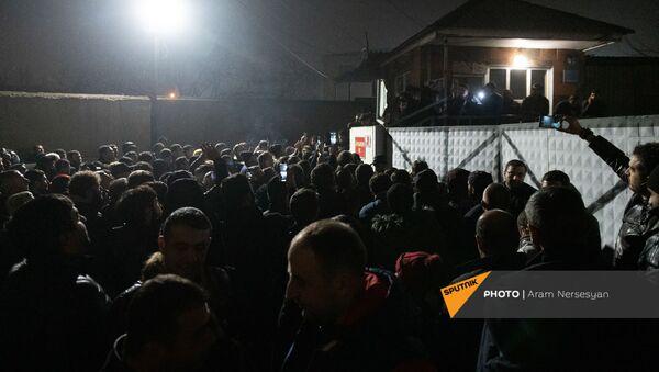 Родственники военнопленных ожидают прилета самолета из Баку с военнопленными у аэропорта Эребуни (14 декабря 2020). Еревaн - Sputnik Армения