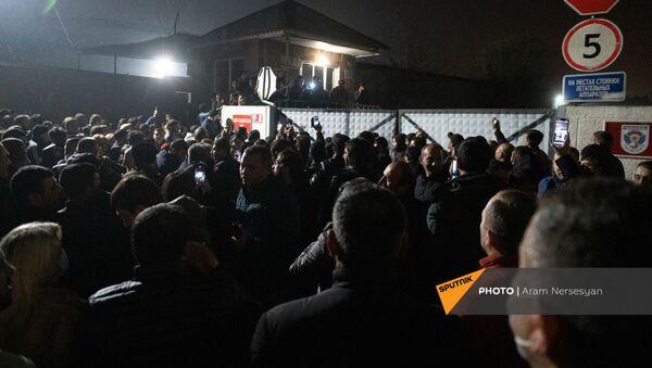 Родственники военнопленных ожидают прилета самолета из Баку с военнопленными у аэропорта Эребуни (14 декабря 2020). Еревaн - Sputnik Արմենիա
