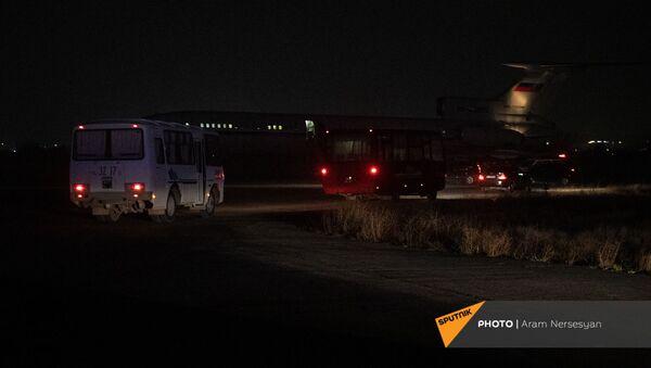 Автобусы подъезжают к самолету с военнопленными, прибывшему из Баку, в аэропорту Эребуни (14 декабря 2020). Еревaн - Sputnik Արմենիա