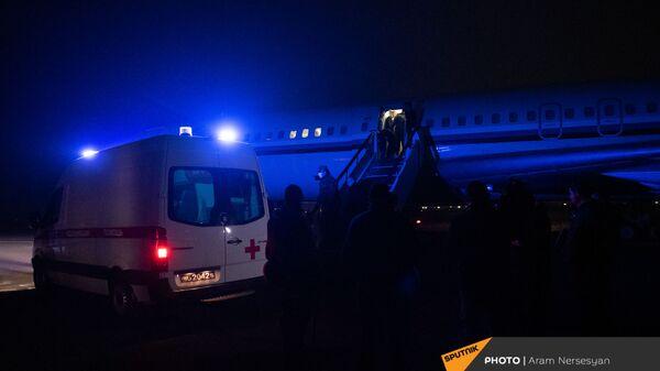 Машина скорой помощи у трапа самолета с пленными на борту в аэропорту Эребуни (14 декабря 2020). Еревaн - Sputnik Армения