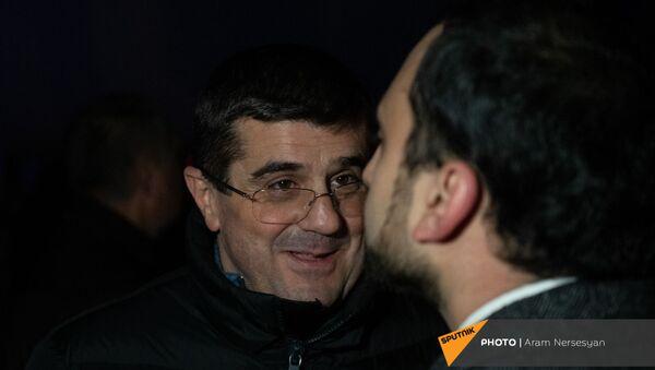 Вице-премьер Тигран Авинян (справа) и президент НКР Араик Арутюнян в аэропорту Эребуни встречают прибывающий из Баку самолет с военнопленными (14 декабря 2020). Еревaн - Sputnik Армения