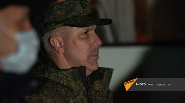 Командующий МС РФ, генерал-лейтенант Рустам Мурадов в аэропорту Эребуни встречает прибывающий из Баку самолет с военнопленными (14 декабря 2020). Еревaн - Sputnik Армения
