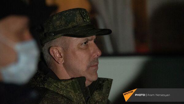 Командующий МС РФ, генерал-лейтенант Рустам Мурадов в аэропорту Эребуни встречает прибывающий из Баку самолет с военнопленными (14 декабря 2020). Еревaн - Sputnik Արմենիա