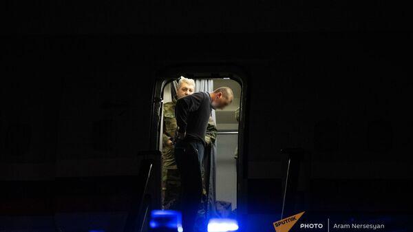 Пленные спускаются по трапу самолета в аэропорту Эребуни (14 декабря 2020). Еревaн - Sputnik Армения