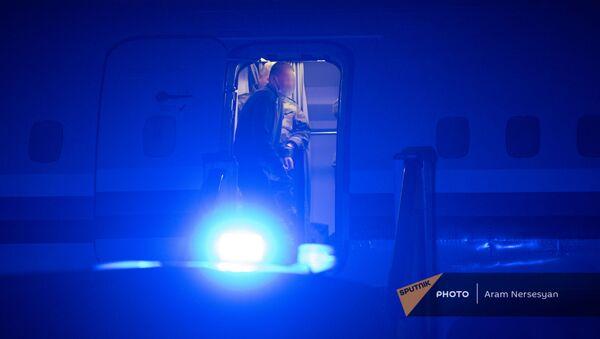 Пленные спускаются по трапу самолета в аэропорту Эребуни (14 декабря 2020). Еревaн - Sputnik Արմենիա
