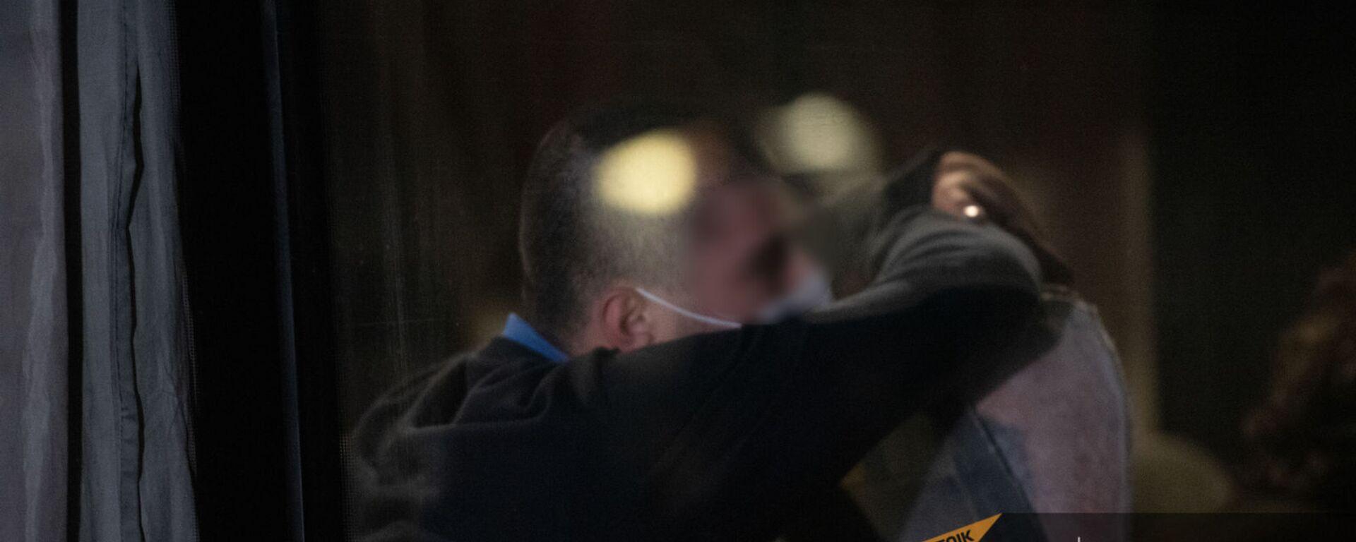 Родственники встречают родных среди возвращенных пленных в аэропорту Эребуни (14 декабря 2020). Еревaн - Sputnik Армения, 1920, 10.08.2021