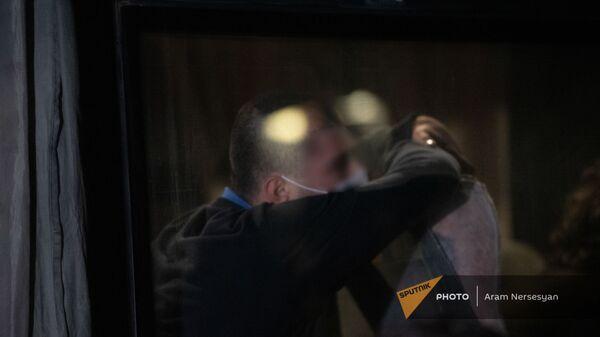 Родственники встречают родных среди возвращенных пленных в аэропорту Эребуни (14 декабря 2020). Еревaн - Sputnik Армения