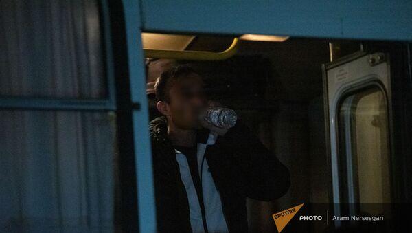 Пленные в автобусе-перевозчике в аэропорту Эребуни (14 декабря 2020). Еревaн - Sputnik Армения