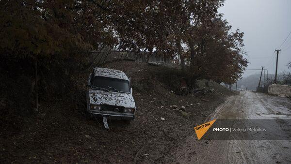 Автомобиль на одной из улиц в селе Тагавард Мартунинского района в Карабахе - Sputnik Армения