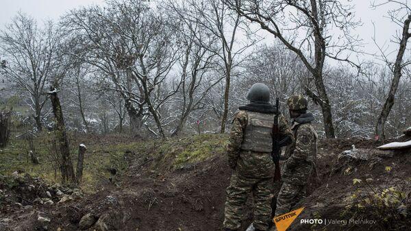 Военнослужащие армии обороны Карабаха на одной из улиц в селе Тагавард Мартунинского района (11 декабря 2020). Карабах - Sputnik Армения