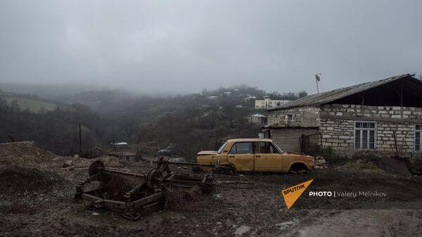 Разобранный автомобиль на одной из улиц в селе Тагавард Мартунинского района (11 декабря 2020). Карабах - Sputnik Արմենիա