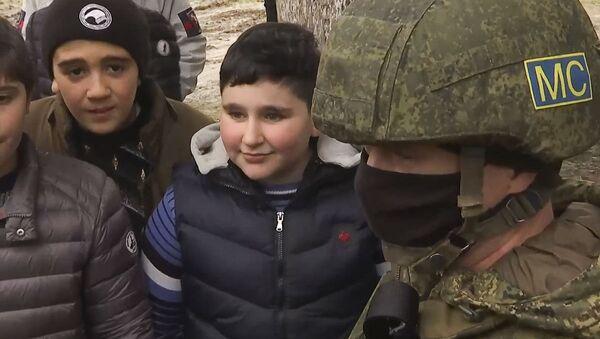 Российские миротворцы провели занятия по мерам безопасности с учениками школы №1 в городе Чартар (17 декабря 2020). Аскеранский район - Sputnik Արմենիա