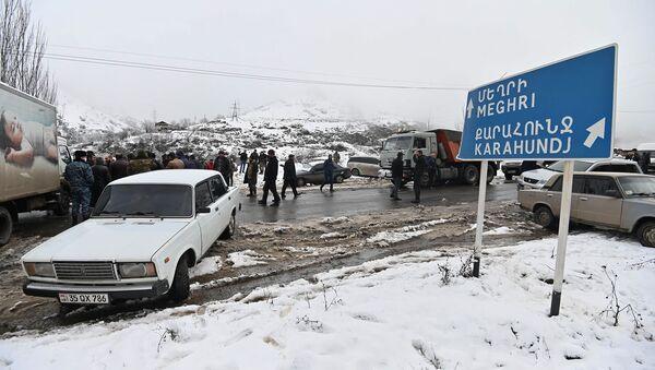 Жители Сюника перекрыли дорогу Горис-Мегри (18 декабря 2020). Сюник - Sputnik Армения
