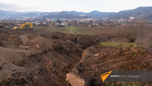 Экскаватор роет пограничную линию с Азербайджаном (18 декабря 2020). Капан - Sputnik Армения