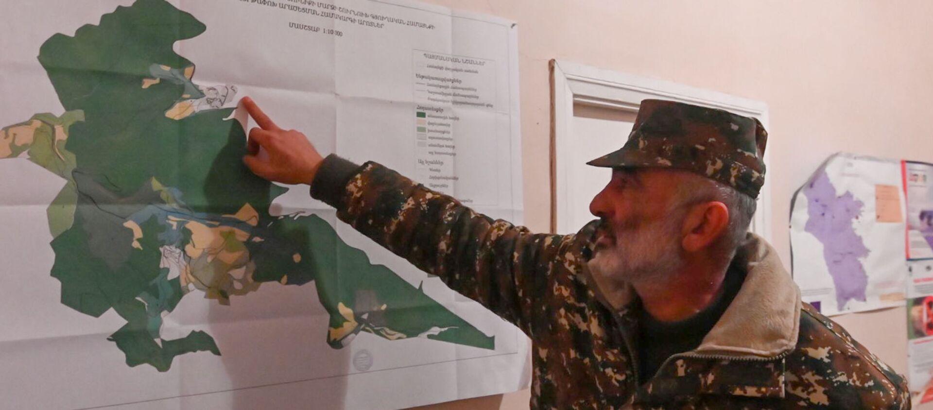 Глава администрации села Шурнух Акоп Аршакян показывает карту (18 декабря 2020). - Sputnik Արմենիա, 1920, 12.05.2021