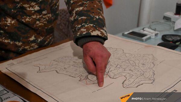 Глава администрации села Шурнух Акоп Аршакян показывает карту (18 декабря 2020). - Sputnik Армения