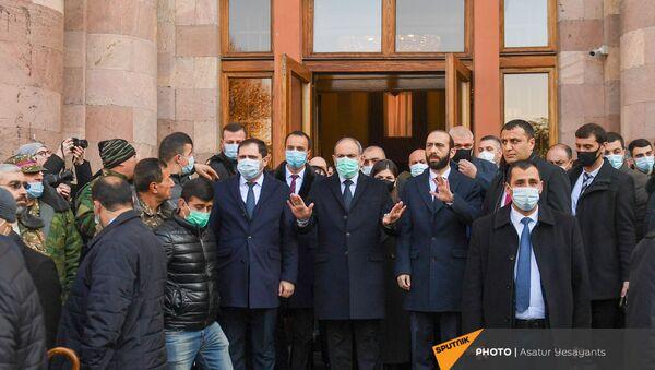 Премьер-министр Никол Пашинян и члены правительства перед Шествием памяти в Ераблур (19 декабря 2020). Еревaн - Sputnik Արմենիա
