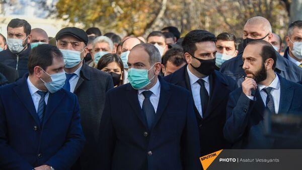 Премьер-министр Никол Пашинян и члены правительства перед Шествием памяти в Ераблур (19 декабря 2020). Еревaн - Sputnik Армения