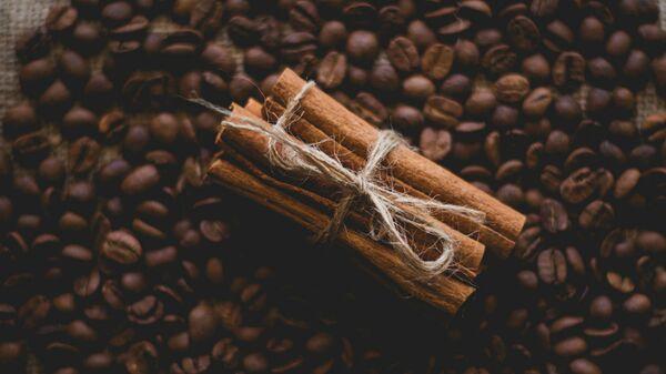 Палочки корицы на зернах кофе - Sputnik Армения