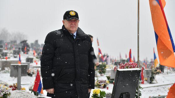 Президент Армен Саркисян посетил военный пантеон Ераблур (20 декабря 2020). Еревaн - Sputnik Армения
