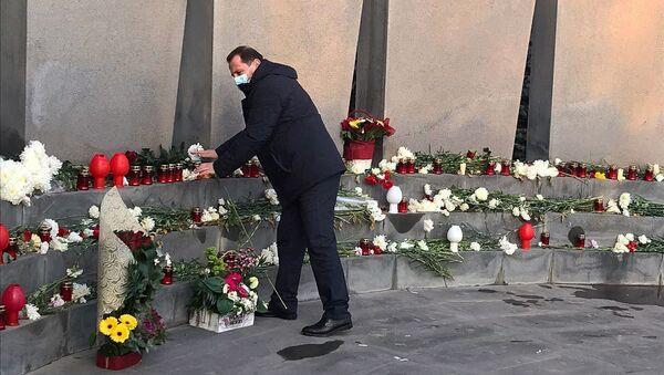 Давид Тоноян посетил военный пантеон Ераблур (20 декабря 2020). Еревaн - Sputnik Արմենիա
