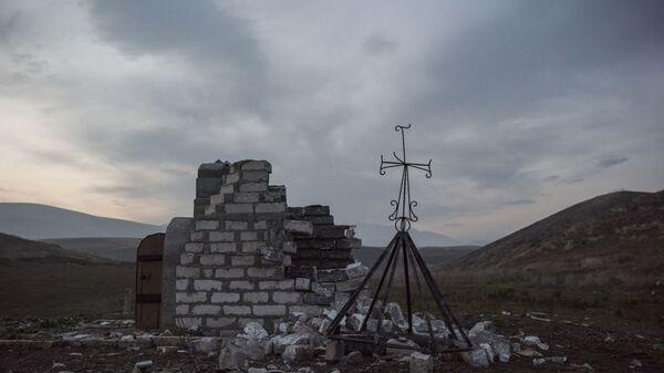 Разрушенная часовня неподалеку от города Мартакерт (15 декабря 2020). Карабах - Sputnik Армения